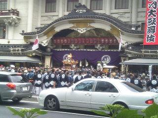 今日、歌舞伎座前で